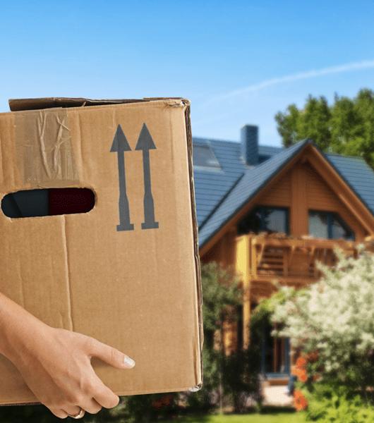 femme préparant son déménagement
